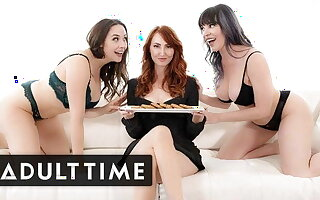 Hot Lesbian Yoke Welcomes Kendra James To The Neighborhood